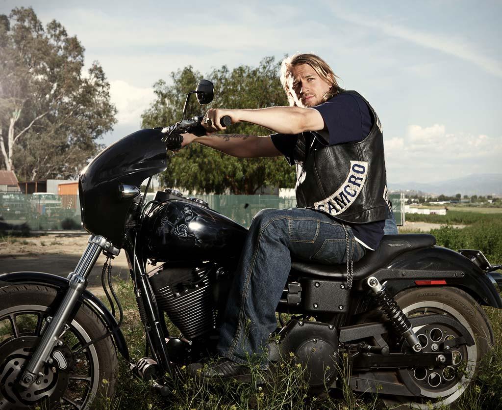 Jax teller sexy en una moto