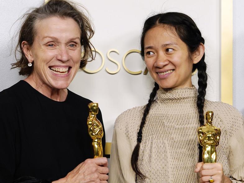Clhoe Zhao y Frances McDormand Oscar2021